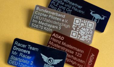 Plaketten mit Registrierungsnummer