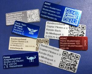 Plaketten mit QR-Code oder Logo